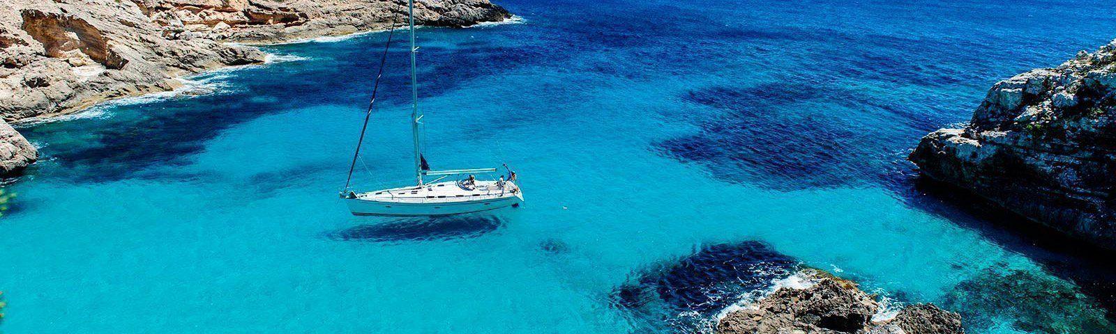 vacaciones-islas-baleares-velero-cala-marmolis